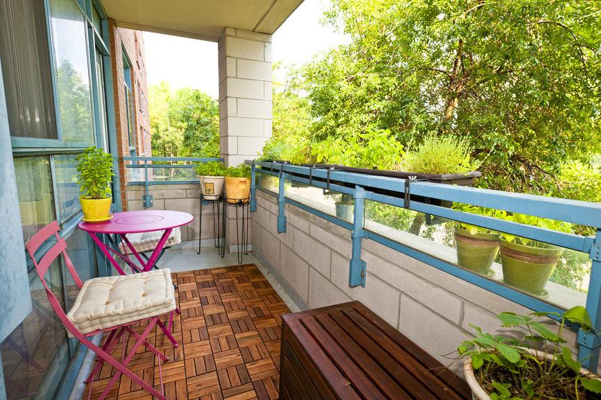 Маленький балкон: 28 идей летнего декора