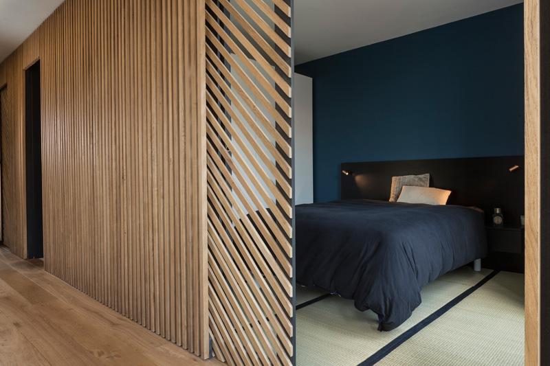 Спальня в  цветах:   Бежевый, Коричневый, Светло-серый, Черный.  Спальня в  стиле:   Минимализм.