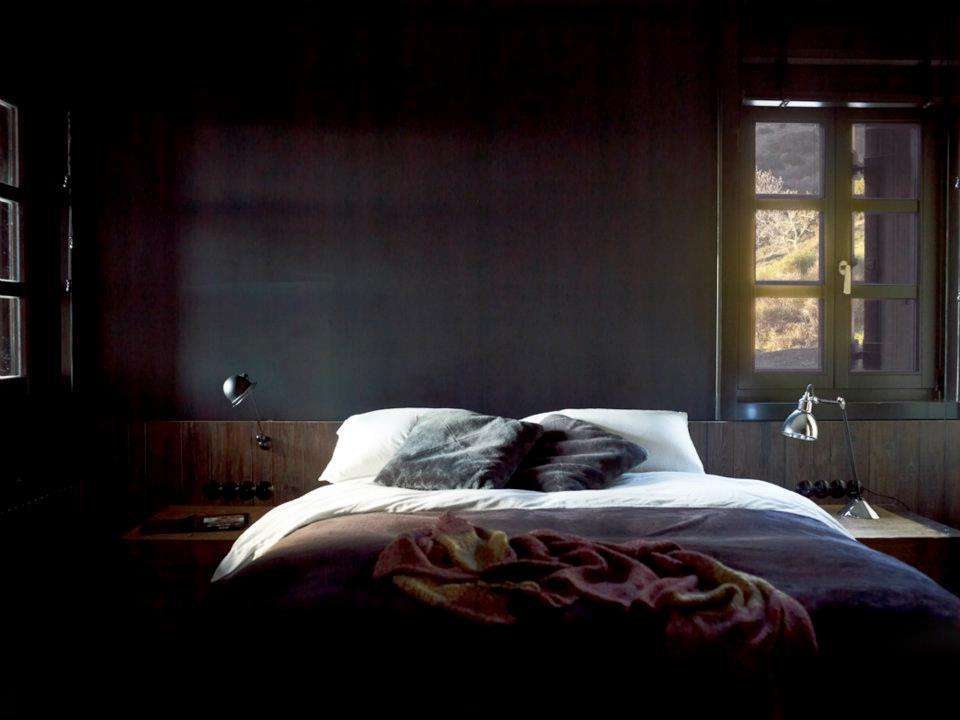 Спальня в  цветах:   Бежевый, Белый, Светло-серый, Черный.  Спальня в  стиле:   Лофт.