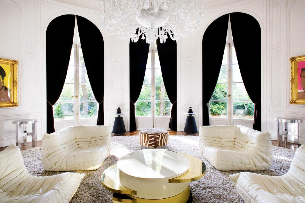 Гостиная, холл в цветах: черный, серый, светло-серый, белый. Гостиная, холл в стилях: эклектика.