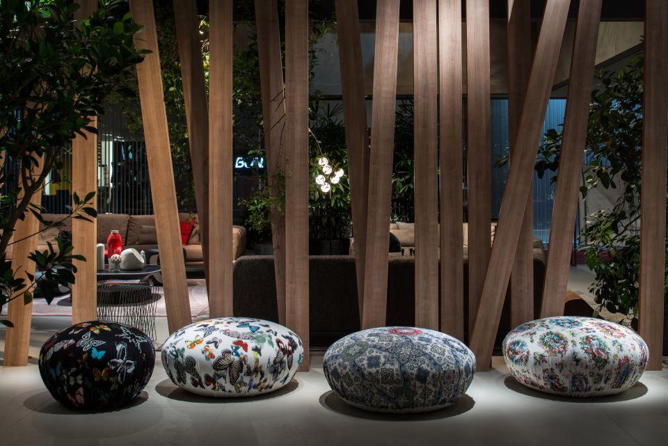 Мебель и предметы интерьера в цветах: серый, светло-серый, коричневый. Мебель и предметы интерьера в .