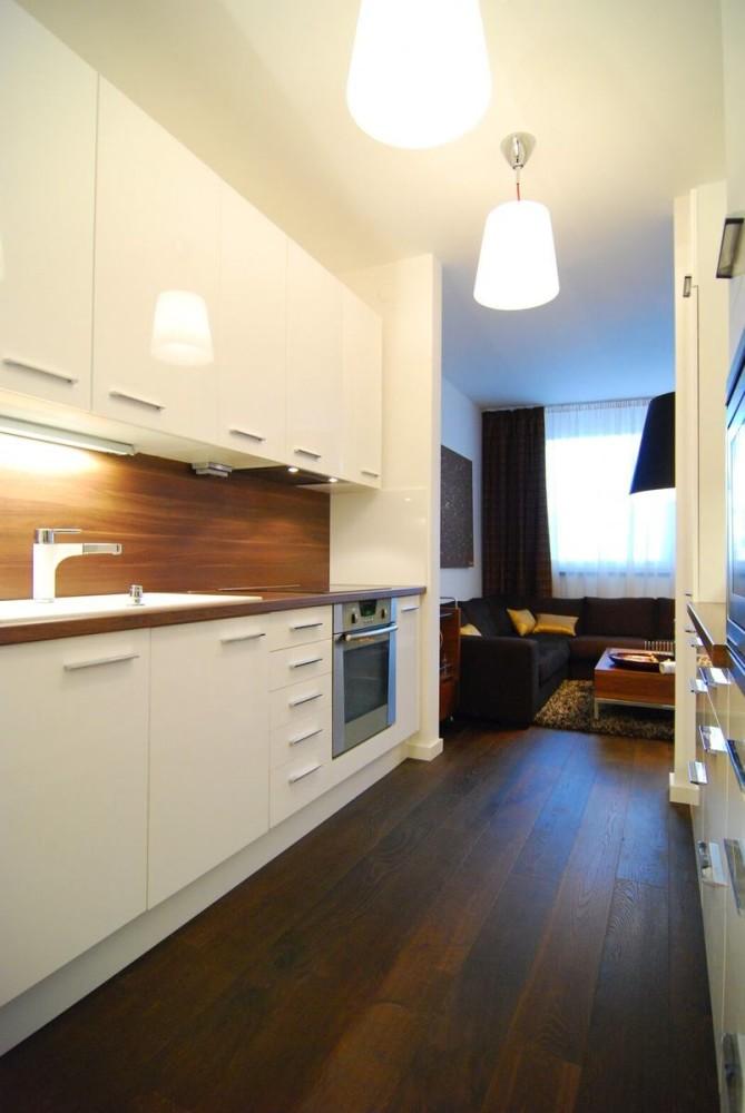 Кухня в цветах: белый, темно-коричневый, коричневый, бежевый. Кухня в стилях: минимализм.