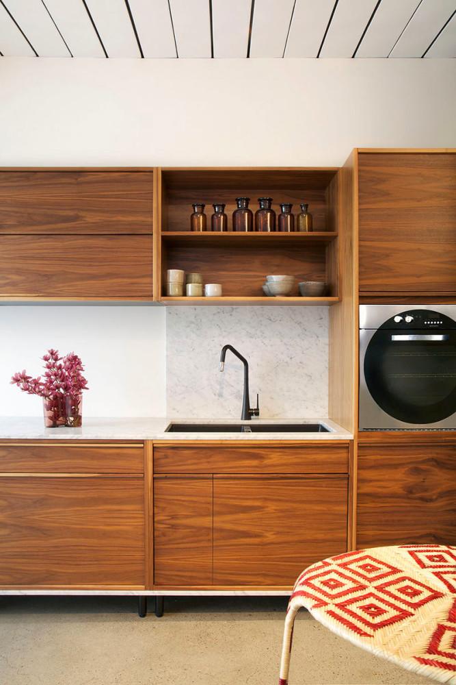 Кухня в цветах: светло-серый, белый, бордовый, коричневый, бежевый. Кухня в стиле минимализм.