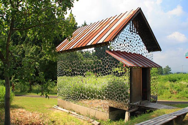 Архитектура в цветах: черный, серый, белый, темно-зеленый, бежевый. Архитектура в стиле экологический стиль.