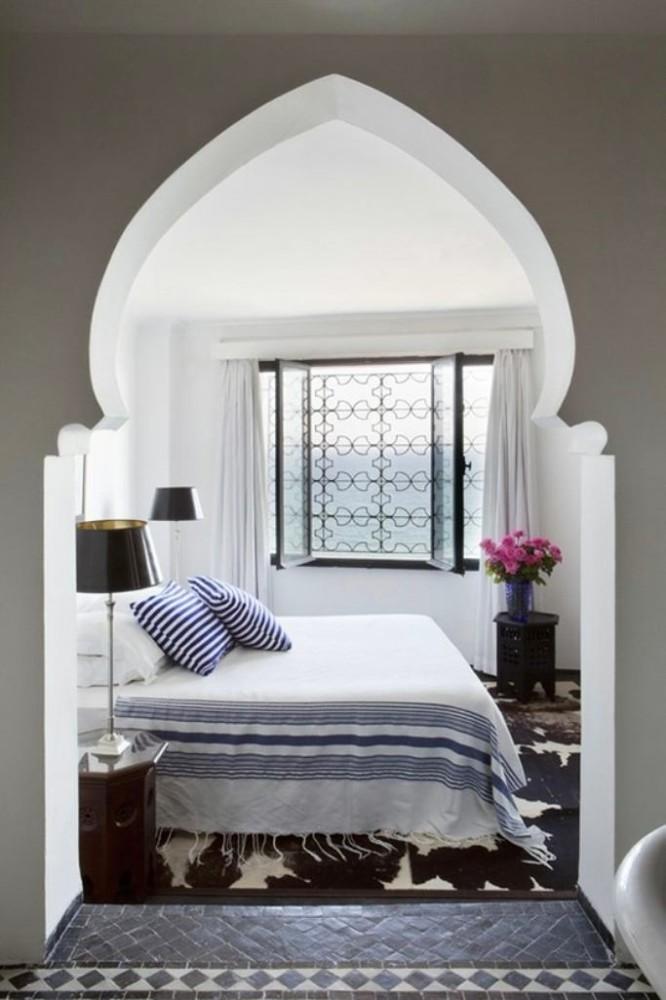 Спальня в цветах: фиолетовый, черный, серый, светло-серый, белый. Спальня в стилях: ближневосточные стили, эклектика.