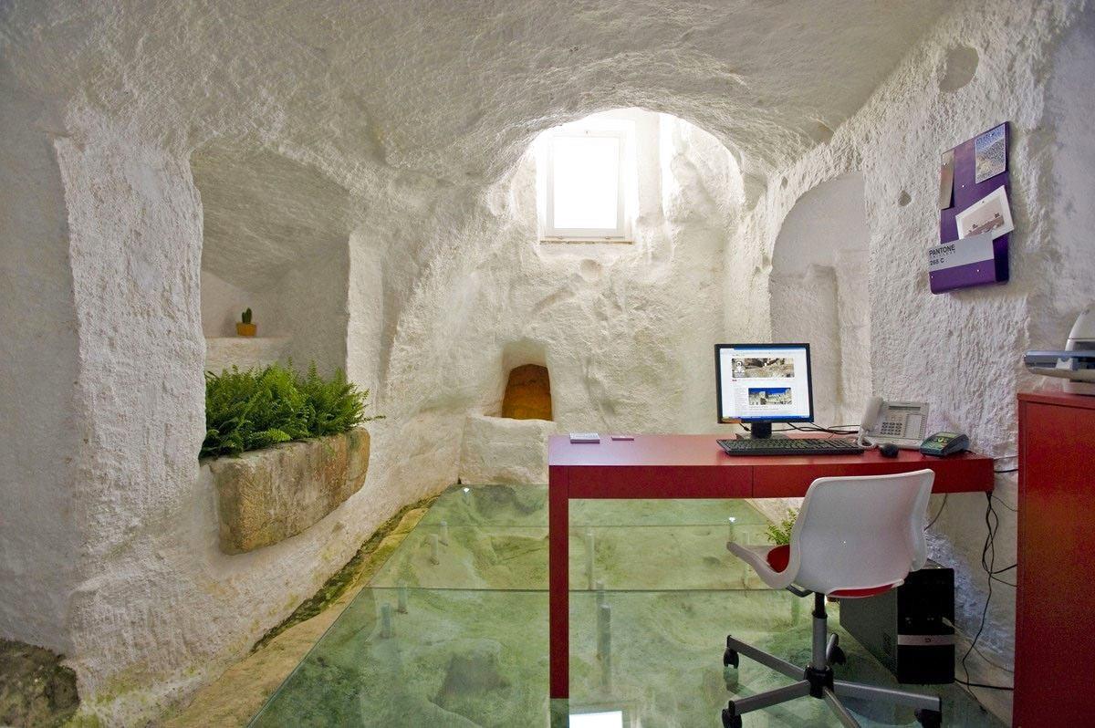 Офис в цветах: серый, светло-серый, темно-зеленый, бежевый. Офис в стилях: минимализм.
