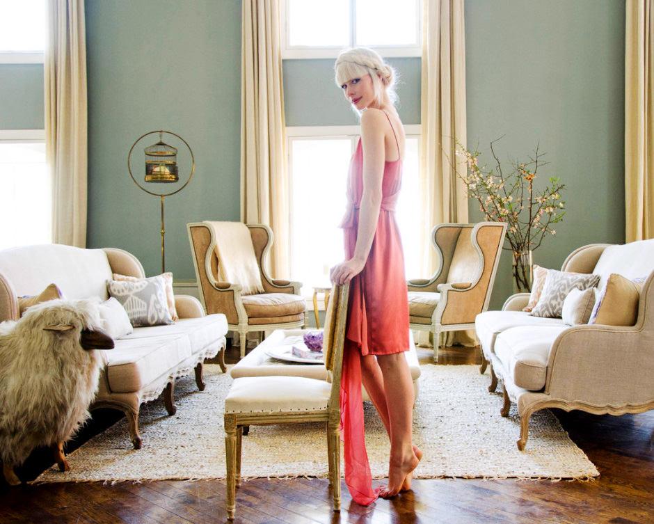 Гостиная, холл в цветах: серый, светло-серый, белый, бежевый. Гостиная, холл в стиле французские стили.