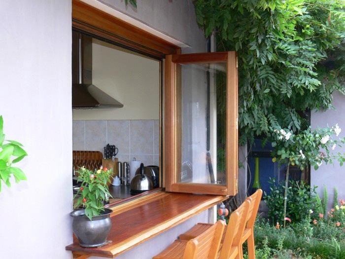 Кухня в цветах: серый, светло-серый, темно-зеленый, сине-зеленый. Кухня в стиле средиземноморский стиль.