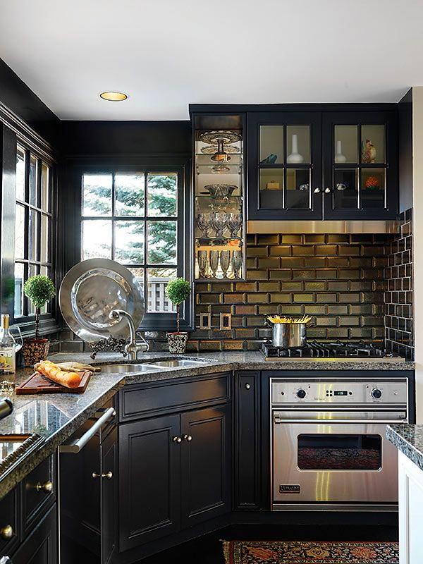 Кухня в цветах: черный, серый, светло-серый, белый, темно-зеленый. Кухня в стиле классика.