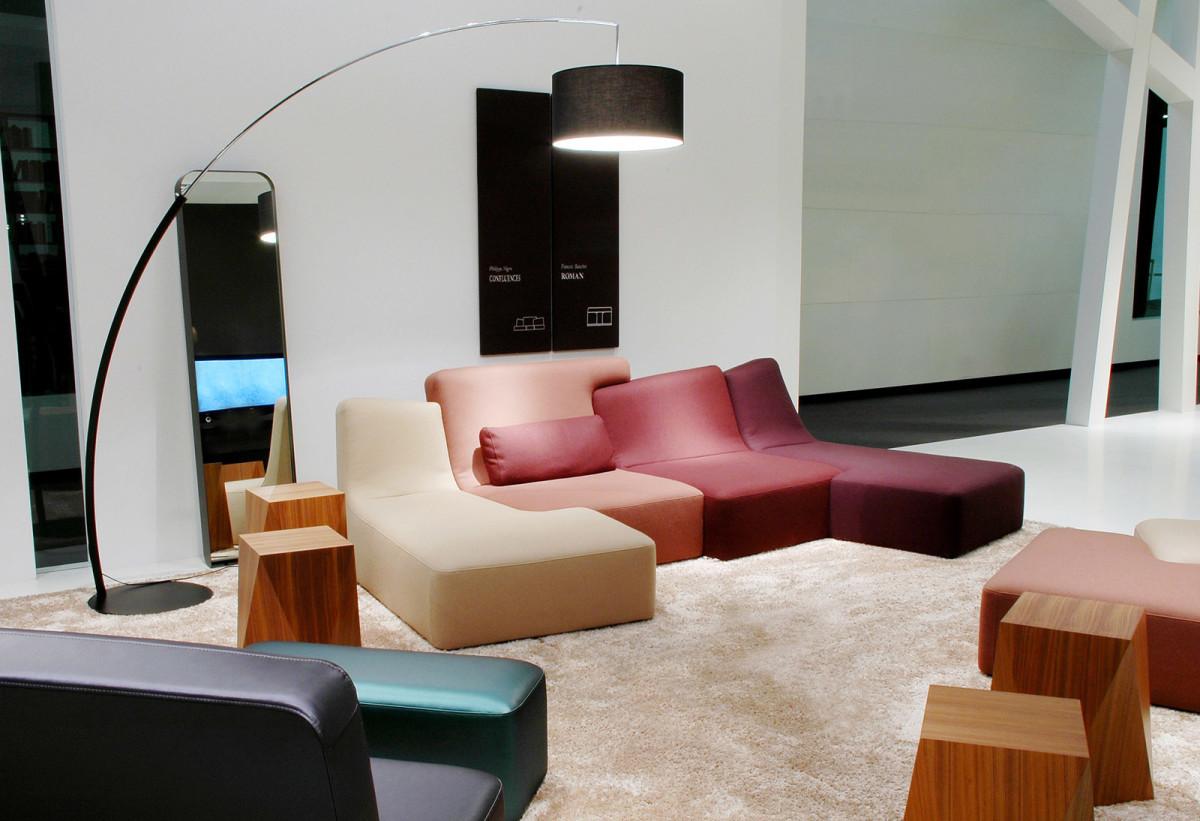 Мебель и предметы интерьера в цветах: светло-серый, бордовый, темно-коричневый, коричневый, бежевый. Мебель и предметы интерьера в стиле минимализм.