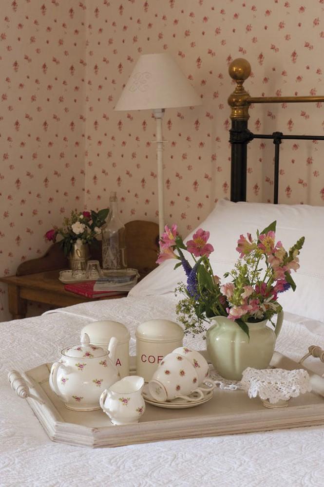 Спальня в цветах: серый, светло-серый, коричневый, бежевый. Спальня в стиле французские стили.