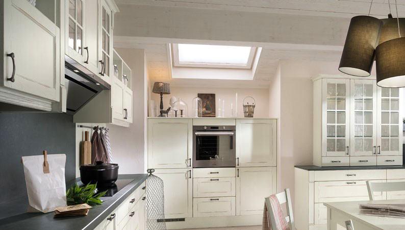 Кухня в цветах: черный, серый, светло-серый, белый. Кухня в стиле французские стили.