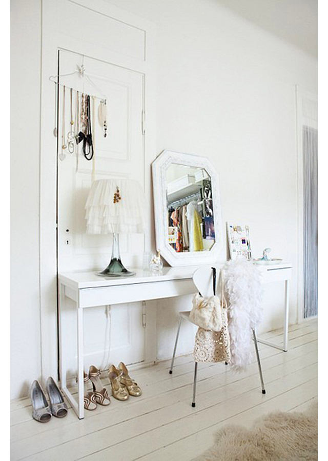 Мебель и предметы интерьера в цветах: серый, светло-серый, бежевый. Мебель и предметы интерьера в .