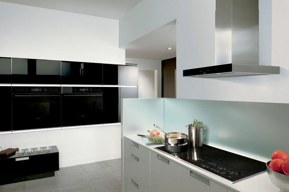 Кухня в цветах: бирюзовый, черный, серый, белый. Кухня в стиле хай-тек.