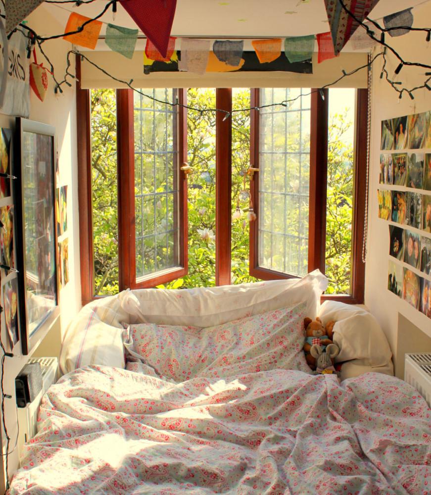 Спальня в цветах: светло-серый, белый, темно-зеленый, салатовый, коричневый. Спальня в стилях: эклектика.