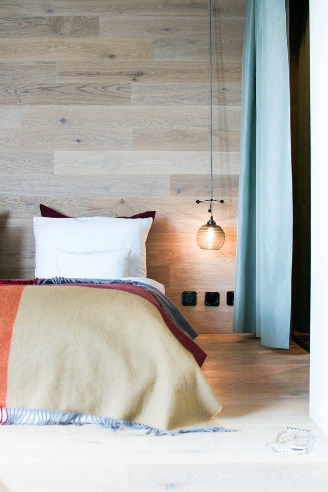 Спальня в цветах: желтый, бирюзовый, черный, серый, белый. Спальня в стиле минимализм.