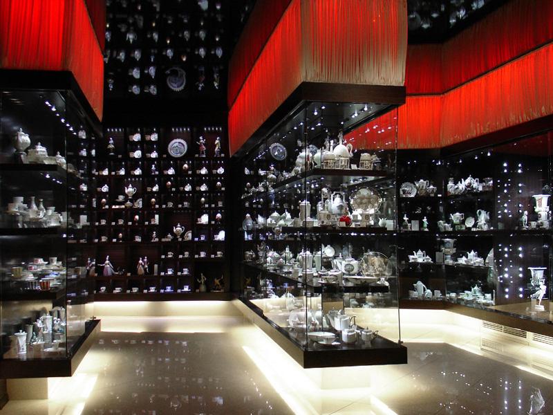 Мебель и предметы интерьера в цветах: черный, белый, бордовый. Мебель и предметы интерьера в .