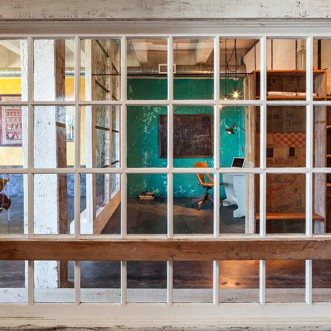 Гостиная, холл в цветах: голубой, белый, темно-коричневый, коричневый, бежевый. Гостиная, холл в стиле лофт.