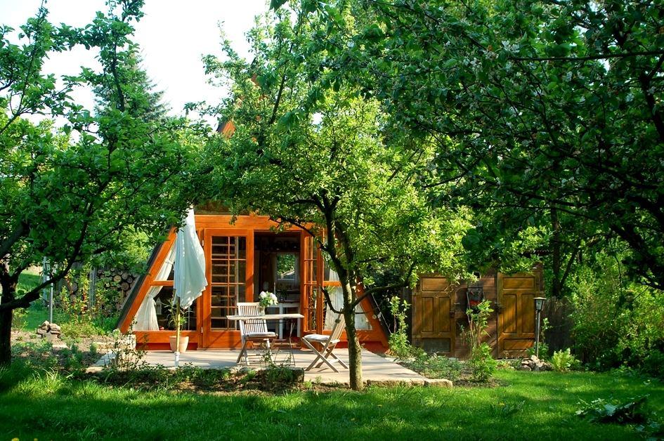 Архитектура в цветах: черный, темно-зеленый. Архитектура в стиле экологический стиль.