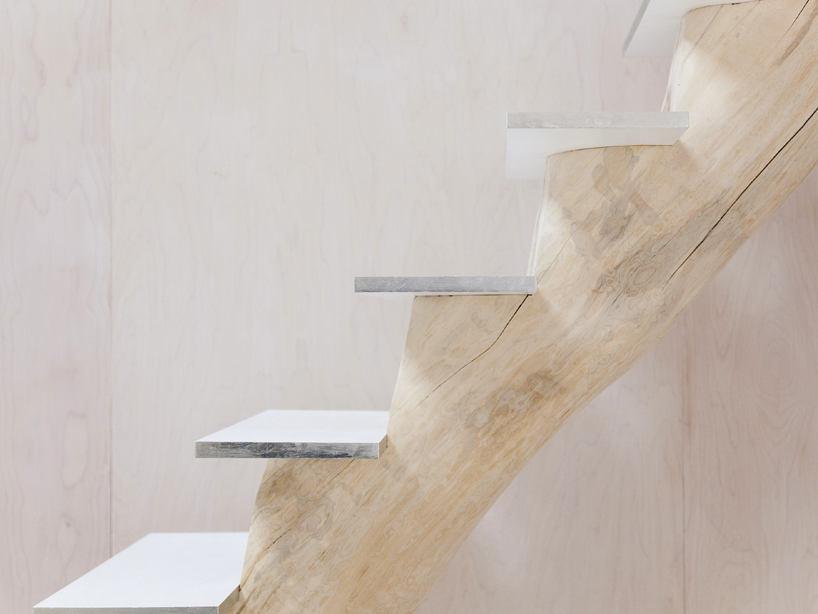Лестница в цветах: серый, светло-серый, белый, бежевый. Лестница в стиле экологический стиль.