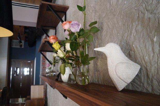 Мебель и предметы интерьера в цветах: серый, светло-серый, темно-зеленый, темно-коричневый. Мебель и предметы интерьера в стиле экологический стиль.