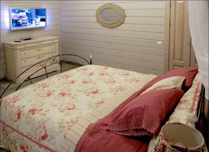 Мебель и предметы интерьера в цветах: красный, серый, светло-серый, коричневый, бежевый. Мебель и предметы интерьера в стилях: прованс, кантри.