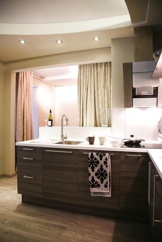 Кухня в цветах: серый, светло-серый, белый, бежевый. Кухня в стиле классика.