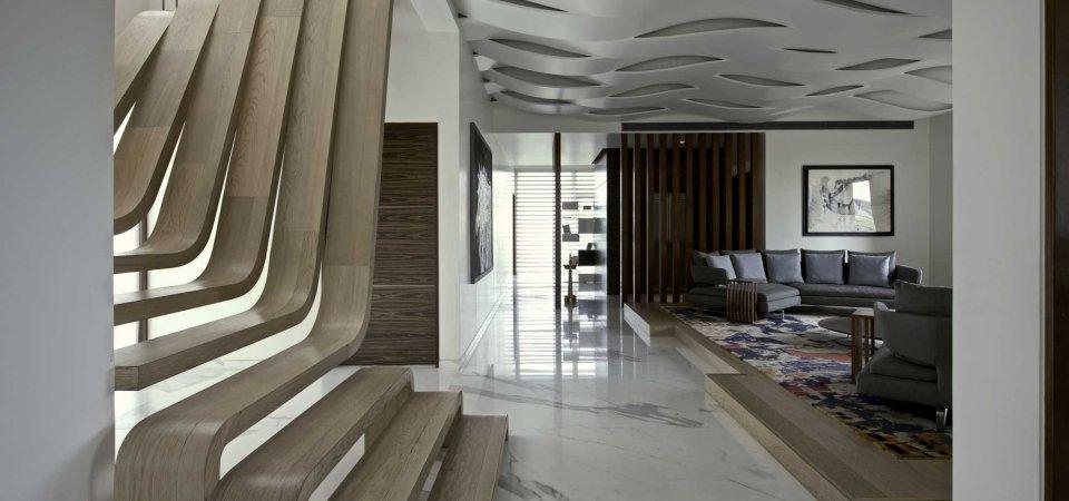 Уникальный дом: волнообразная лестница как центр интерьера