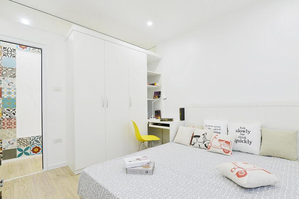 Спальня в цветах: серый, светло-серый, белый, бежевый. Спальня в стилях: минимализм, экологический стиль.