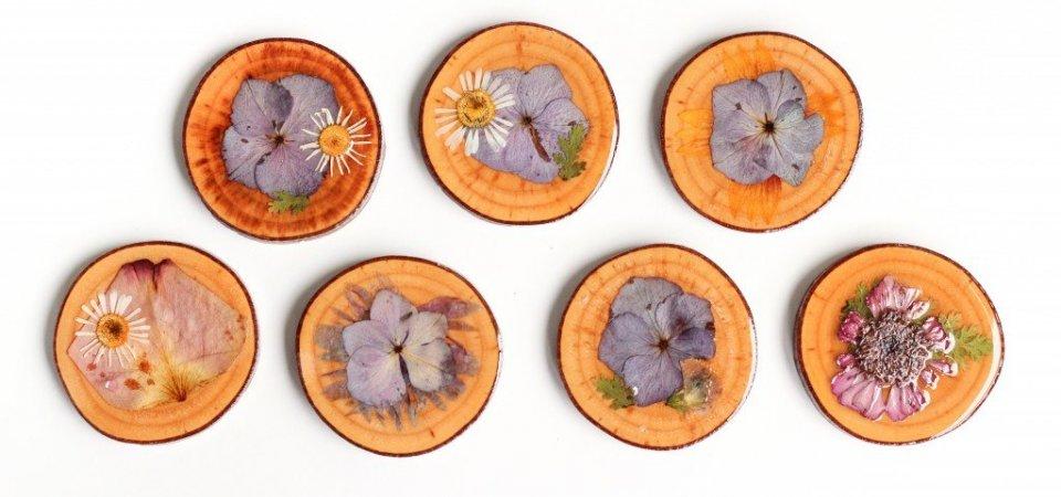 Кусочек лета на вашем столе: подставки для чашек, декорированные засушенными цветами. Мастер-класс