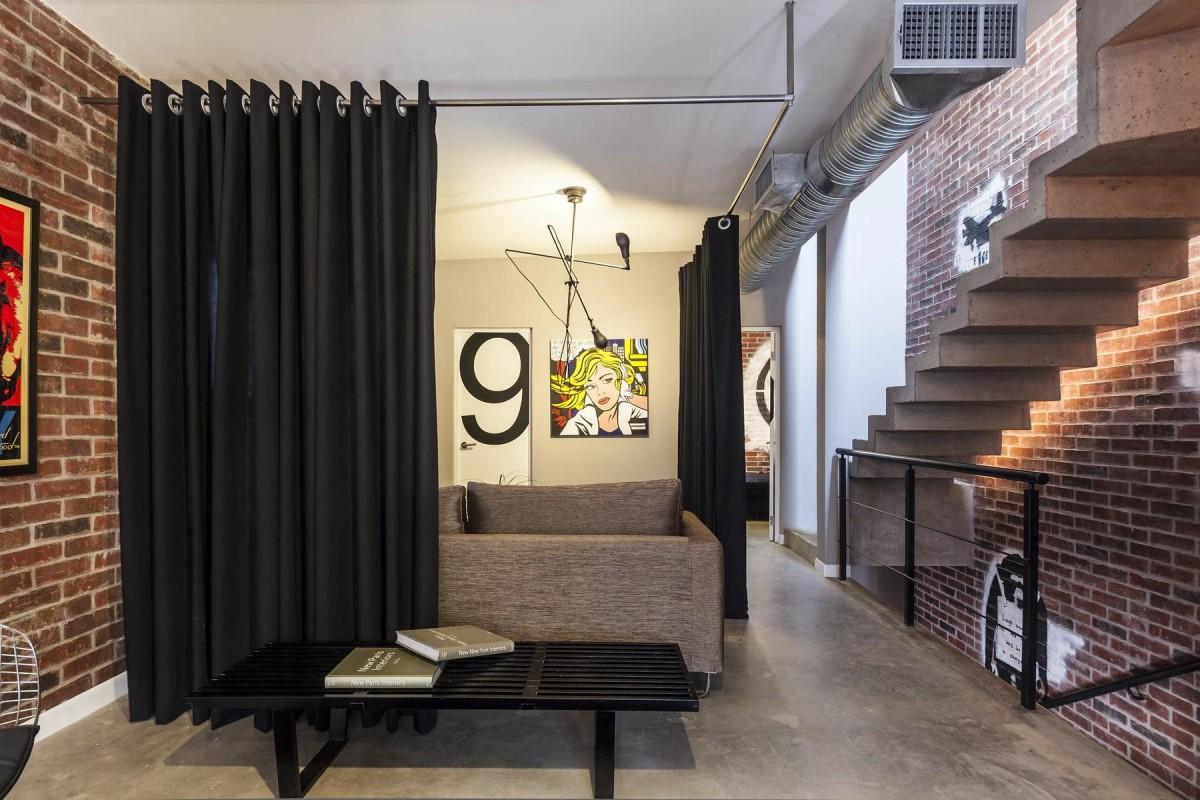 Гостиная, холл в цветах: черный, темно-коричневый, коричневый, бежевый. Гостиная, холл в стиле лофт.