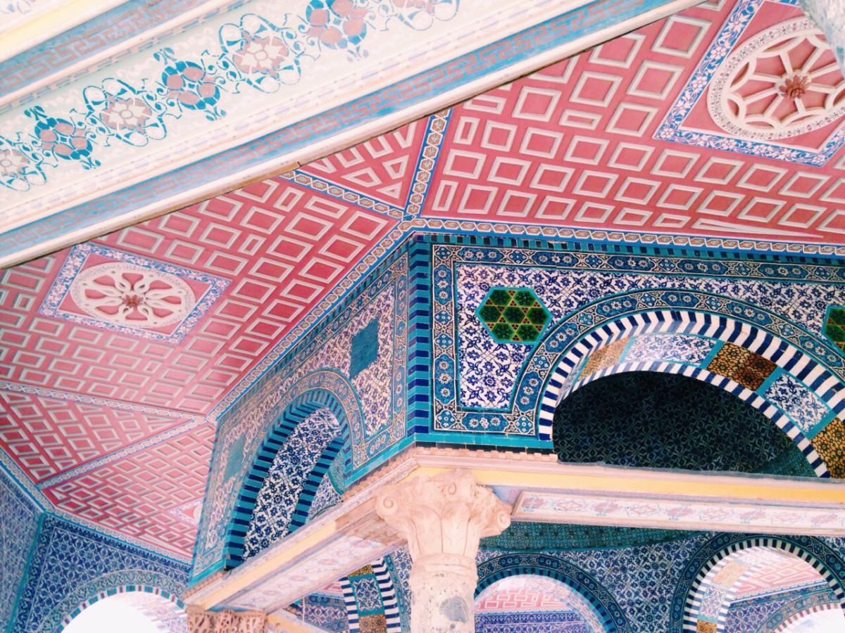 Цветной потолок: 15 вдохновляющих идей