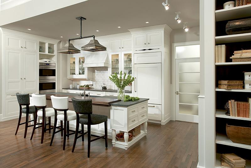Кухня/столовая в  цветах:   Бежевый, Коричневый, Светло-серый, Серый, Черный.  Кухня/столовая в  стиле:   Неоклассика.