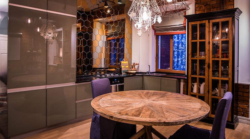 Кухня/столовая в  цветах:   Бежевый, Коричневый, Светло-серый, Темно-коричневый, Черный.  Кухня/столовая в  стиле:   Эклектика.