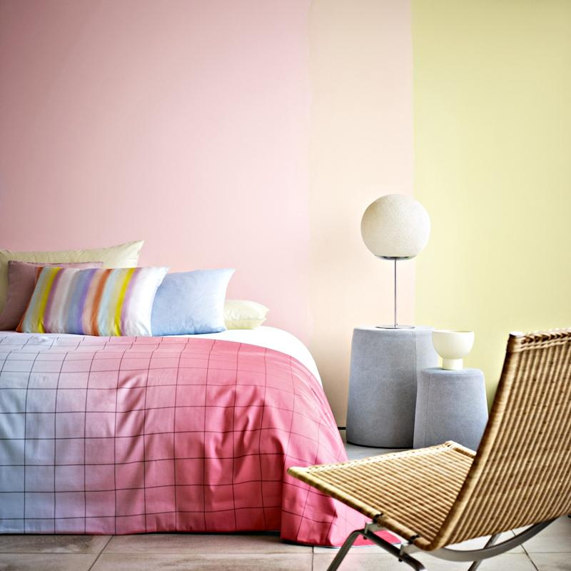 Спальня в  цветах:   Бежевый, Белый, Розовый, Светло-серый, Серый.  Спальня в  стиле:   Минимализм.