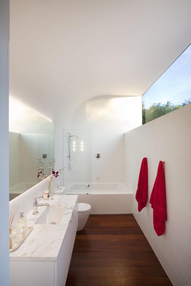 Ванная в  цветах:   Бежевый, Белый, Светло-серый, Серый, Темно-коричневый.  Ванная в  стиле:   Минимализм.