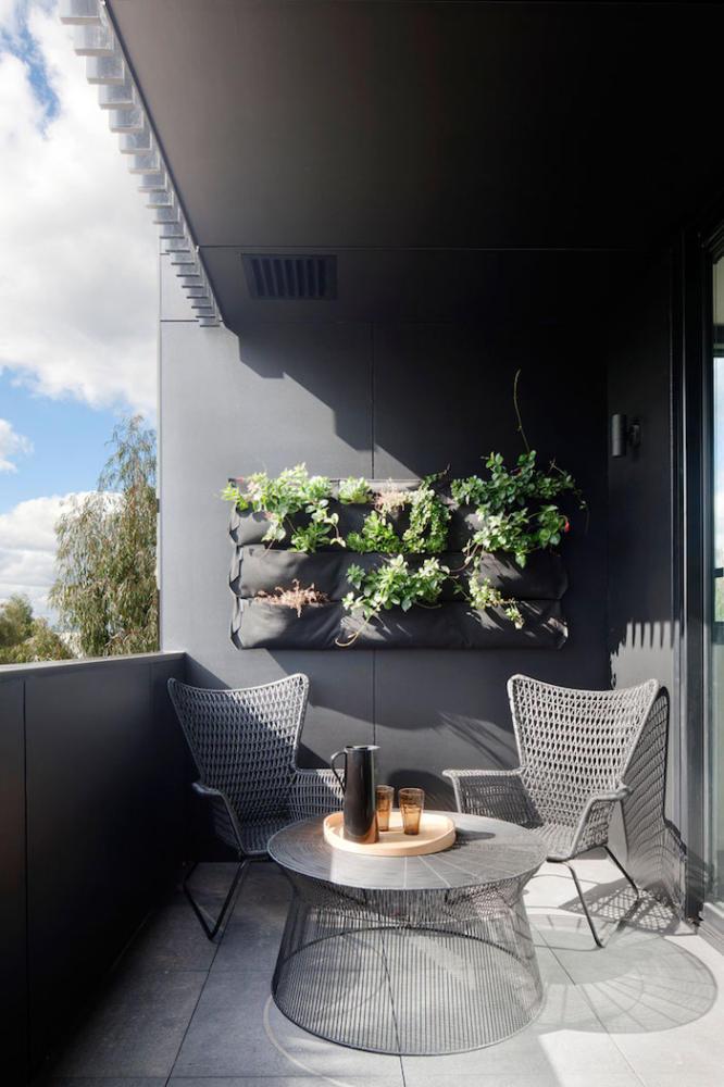 Балкон в  цветах:   Светло-серый, Серый, Черный.  Балкон в  стиле:   Минимализм.