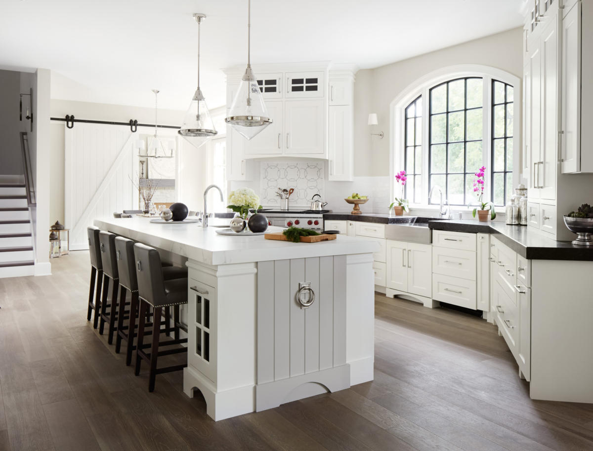 Кухня/столовая в  цветах:   Бежевый, Белый, Светло-серый, Серый, Темно-коричневый.  Кухня/столовая в  стиле:   Американский стиль.