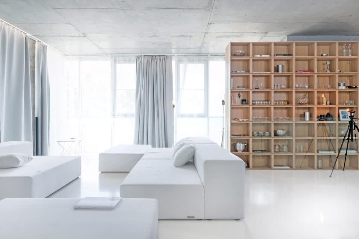Современный минимализм: бетонный потолок и стеклянные перегородки в новом проекте Сергея Наседкина