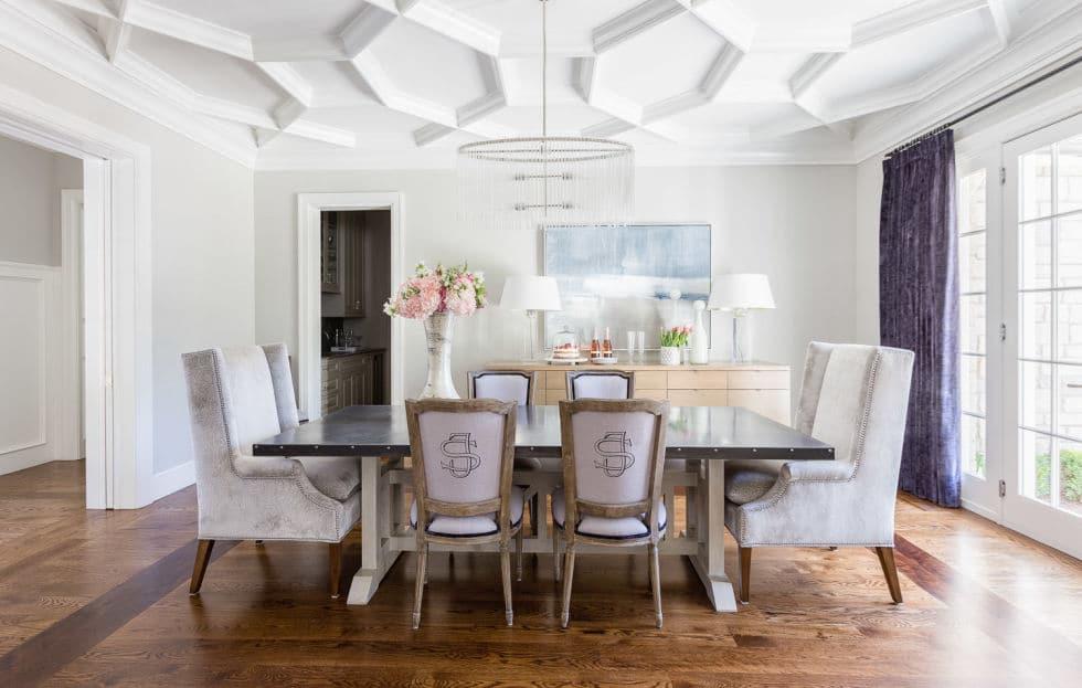 Кухня/столовая в  цветах:   Бежевый, Белый, Светло-серый, Серый, Темно-коричневый.  Кухня/столовая в  стиле:   Неоклассика.