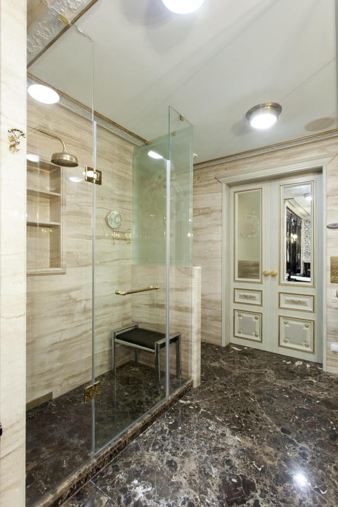 Ванная в  цветах:   Бежевый, Белый, Светло-серый, Серый, Темно-коричневый.  Ванная в  стиле:   Классика.