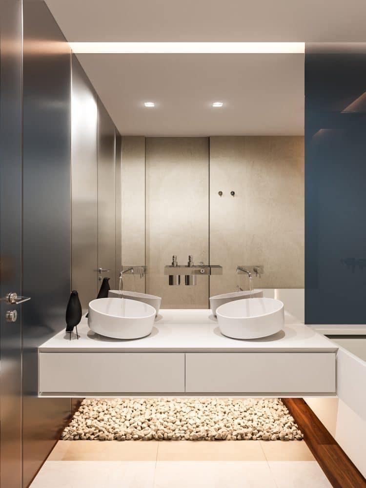 Ванная в  цветах:   Бежевый, Белый, Светло-серый, Серый, Синий.  Ванная в  стиле:   Минимализм.