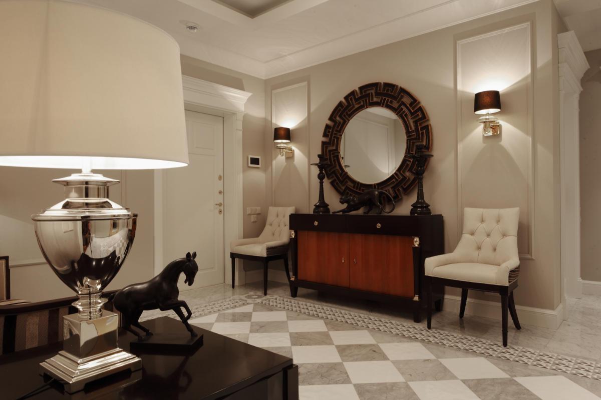 Гостиная в  цветах:   Бежевый, Белый, Темно-коричневый.  Гостиная в  стиле:   Неоклассика.