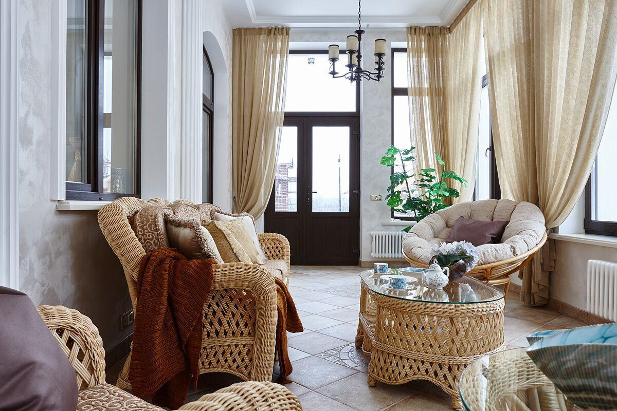 К гостиной примыкает большая светлая терраса с высоким потолком. В холодное время года она используется как зимний сад.