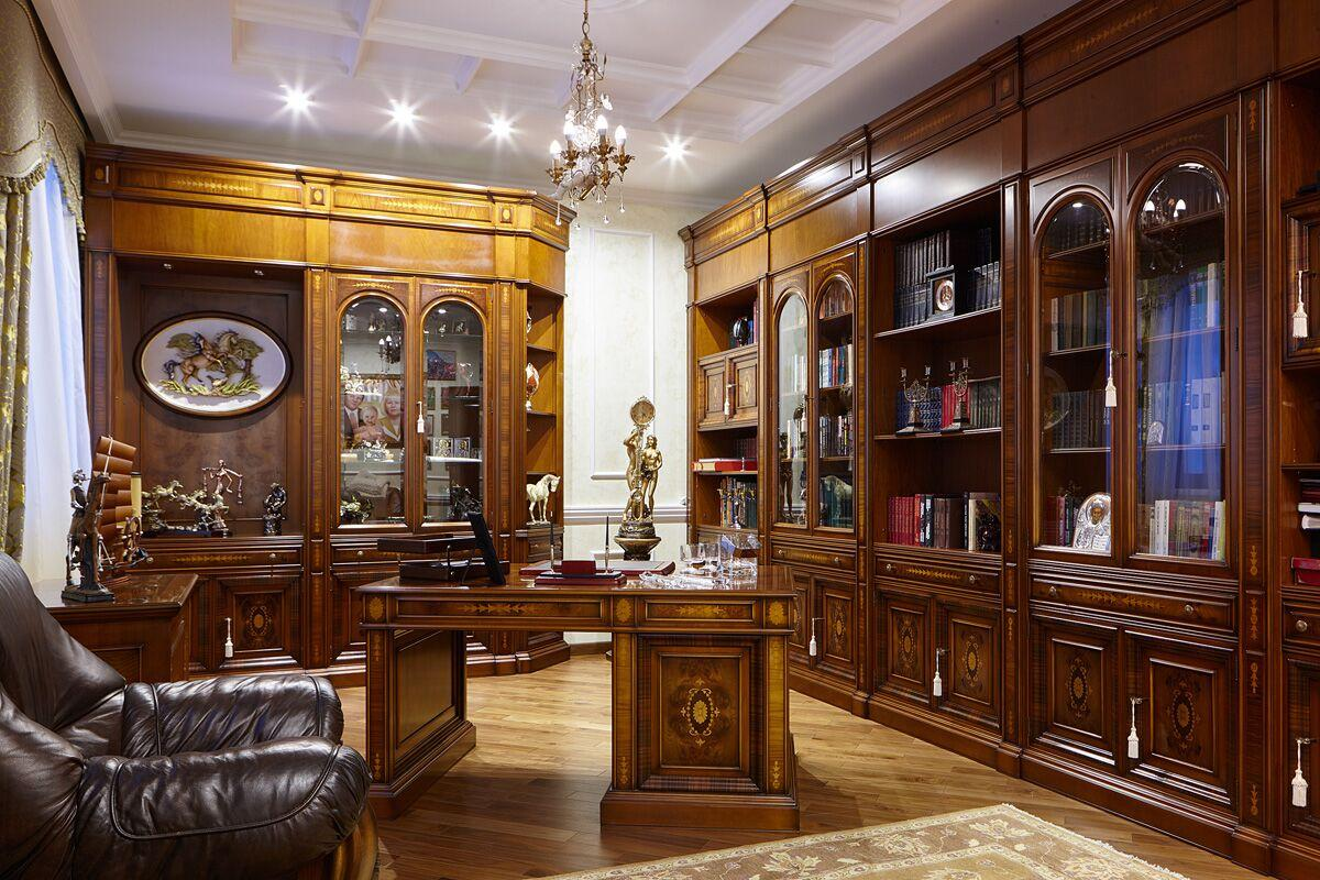 Кабинет также решён в итальянском стиле, для которого характерна массивная мебель тёмного дерева.