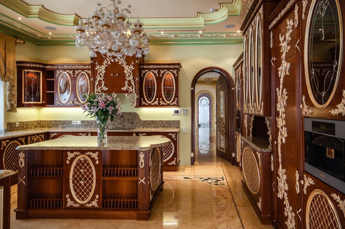 Кухня/столовая в  цветах:   Бежевый, Коричневый, Розовый, Темно-коричневый.  Кухня/столовая в  стиле:   Классика.