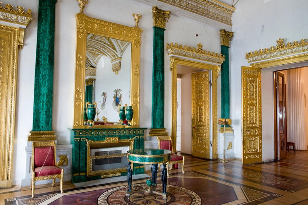 Как у Елизаветы II и Людовика XIV: интерьер в зелёных тонах