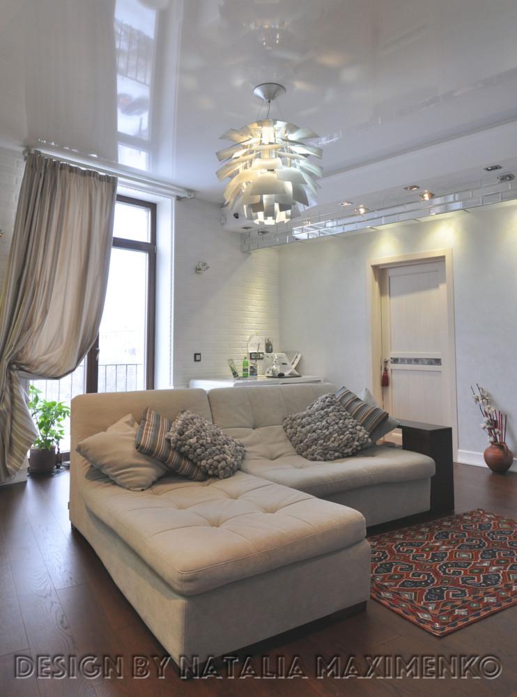 Белая кирпичная стена стала основополагающим элементом: практически сразу было решено использовать в интерьере кирпич.