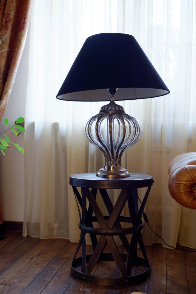 Авторы сознательно пошли на систему освещения только в виде встроенных потолочных точечных светильников, отказавшись от любых бра и люстр во всех помещениях, чтобы не загромождать пространство, избежать излишнего украшательства, сохранив ощущение простоты и естественности. Уют в вечернее время создаёт система локального света, созданная на основе настольных ламп и запоминающегося напольного светильника.