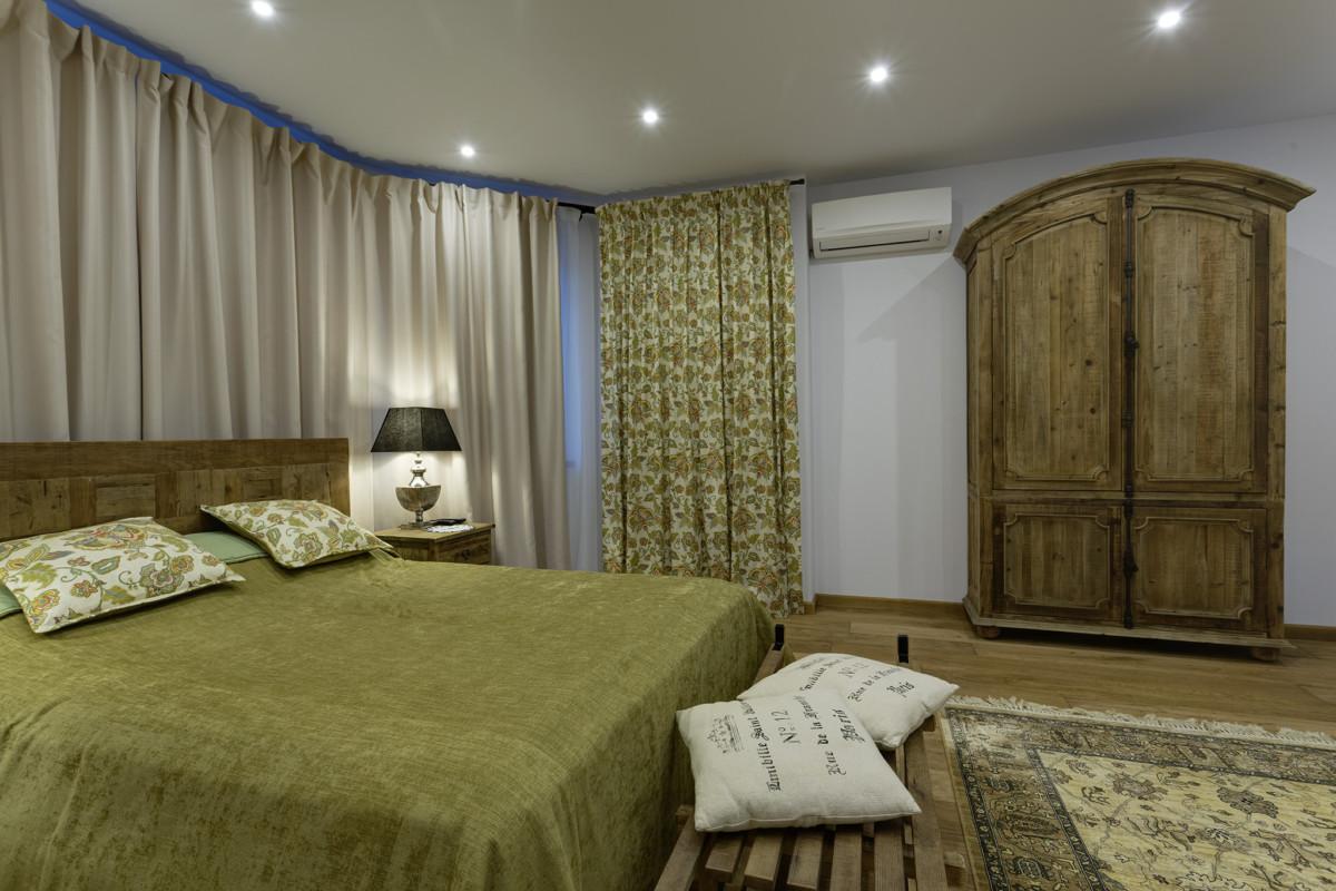 Состаренное дерево и простой дизайн мебели преимущественно Dialma Brown плюс гранжевая текстура пола стали основой интерьера спальни.